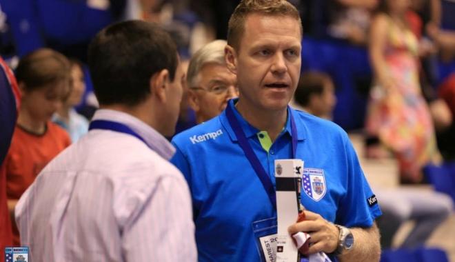 Foto: Antrenorul celor de la CSM Bucureşti, Jakob Vestergaard, pe făraş