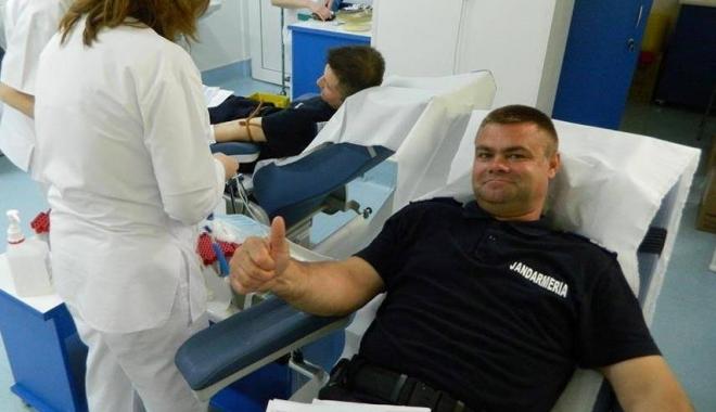 Foto: Jandarmii constănţeni au donat sânge pentru militarii răniţi în accidentul rutier