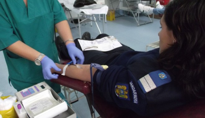 Jandarmii vă îndeamnă să donați sânge! - jandarmidonaresange-1321471516.jpg
