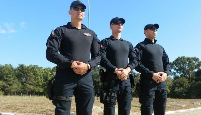 Foto: Jandarmii constănţeni omagiază Drapelul Naţional