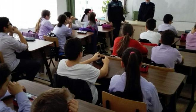 Foto: Jandarmii şi poliţiştii, discuţii cu elevii despre actele de violenţă