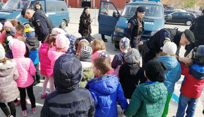 Foto: Jandarmii constănţeni, vizitaţi de elevi