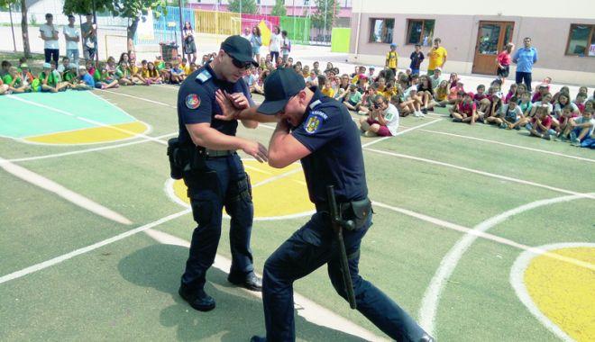Foto: Jandarmii constănţeni, alături de copii în timpul vacanţei de vară