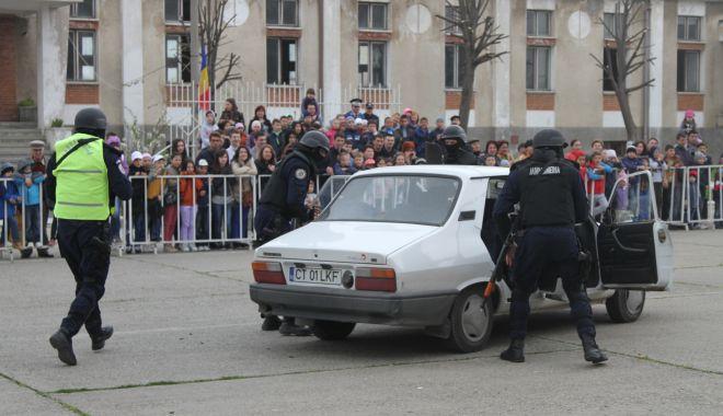 """Foto: Jandarmii fac """"spectacol"""" pe faleză. Defilare cu torţe, pe străzile municipiului"""