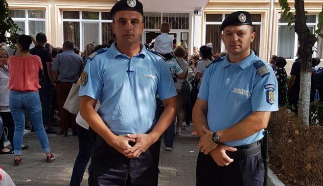 Foto: Jandarmii, alături de elevii  din Constanţa şi în acest an şcolar