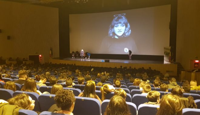 """Foto: Problema consumului de droguri, animată prin teatru, la Centrul pentru Tineret """"Jean Constantin"""""""