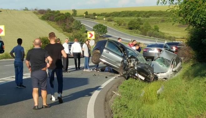 Foto: ACCIDENT MORTAL. Două autoturisme s-au lovit frontal