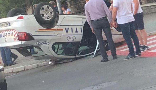 GALERIE FOTO / Accident spectaculos. Mașină de poliție răsturnată chiar în fața sediului - jnpjptemagfzad05ndgyzta0yjq0zjmz-1531286533.jpg