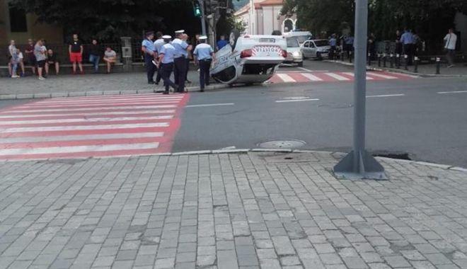 GALERIE FOTO / Accident spectaculos. Mașină de poliție răsturnată chiar în fața sediului - jnpjptemagfzad1iyzdlzjezzwzknmyx-1531286598.jpg