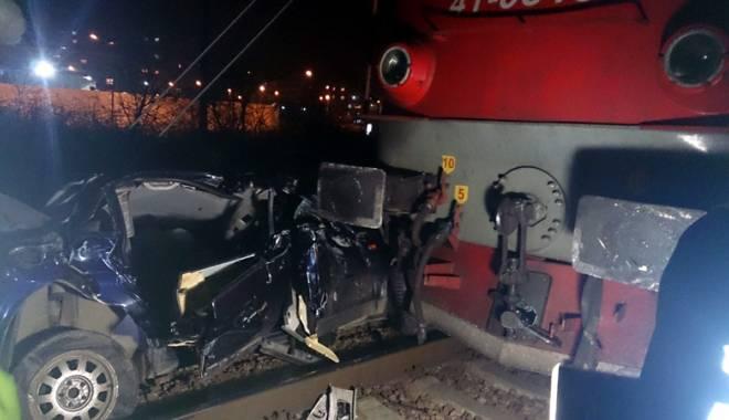 Foto: Maşină cu patru persoane, spulberată de tren. Şoferul şi pasagerii au fugit