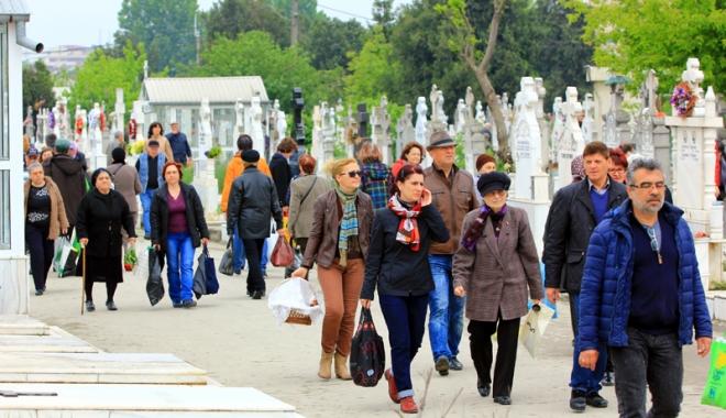Foto: Cu bodyguarzii în cimitire! Cum au sărbătorit constănţenii Paştele Blajinilor