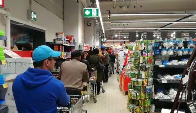 Îmbulzeală în marile magazine. Teama de carantinare i-a făcut pe oameni să cumpere fără măsură - jos-1604848841.jpg