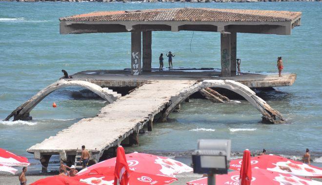 Gard pe plaja din Mamaia. Pasarela de la Cazino, îngropată şi împrejmuită pentru a fi protejată - jos-1618335319.jpg