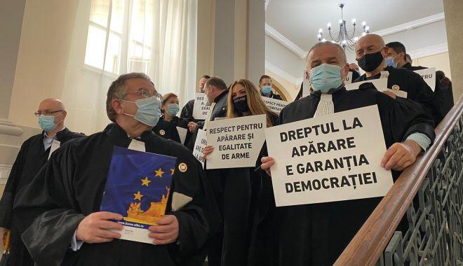 """Avocaţii au protestat pentru apărarea profesiei. """"Este încălcat principiul confidențialității!"""" - jos-1618419464.jpg"""