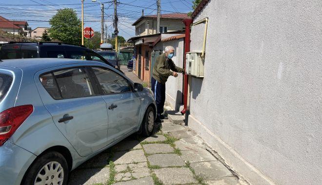 """Bătrâni, în slalom printre maşinile parcate în faţa porţii. """"Nu putem să ieşim din curte!"""" - jos-1620410946.jpg"""