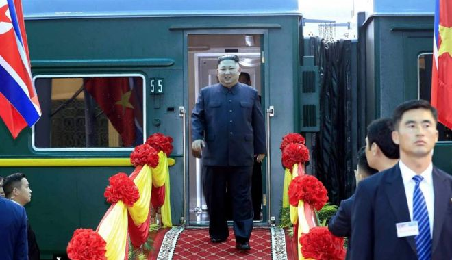 Foto: Kim Jong Un, întâmpinat cu covorul roşu înainte de întâlnirea cu Donald Trump