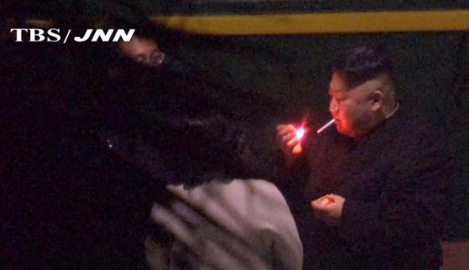 Foto: VIDEO. Privilegii de dictator! Kim Jong Un a oprit trenul în gară, să fumeze