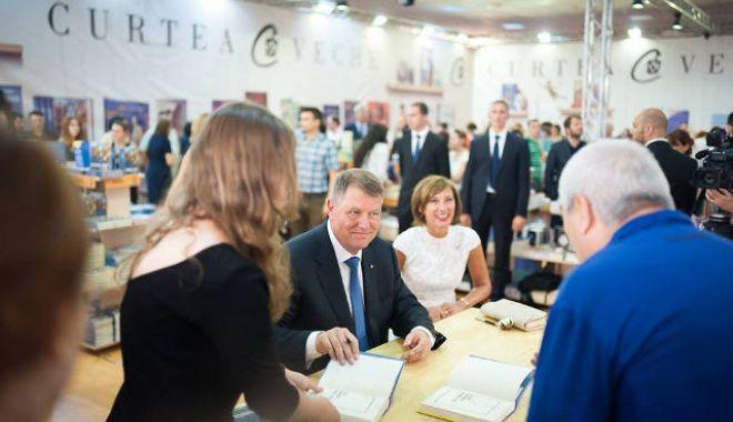 Foto: Preşedintele Klaus Iohannis lansează cea de-a treia carte a sa