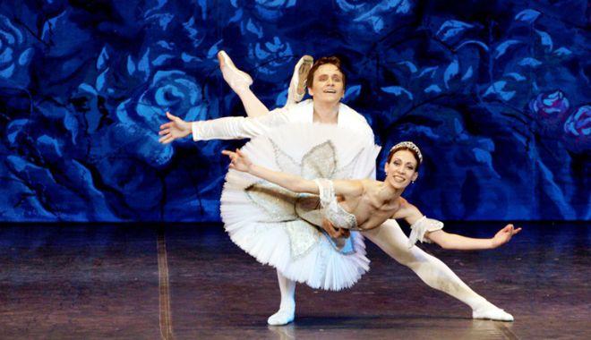 """Foto: Balerinii din Sankt Petersburg aduc """"Lacul Lebedelor"""" la Casa de Cultură din Constanţa"""
