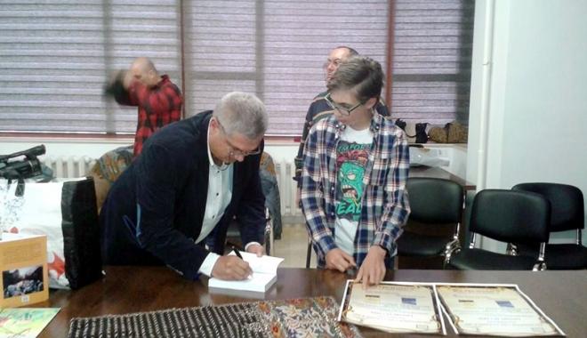 La doar 11 ani, elevul  Alexandru Matei şi-a lansat cartea - ladoar11ani2-1493131207.jpg