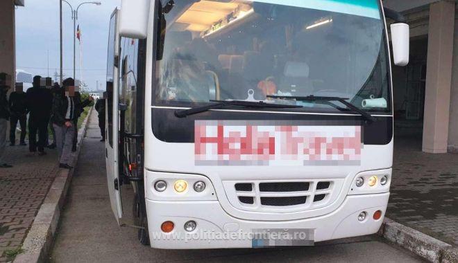 Foto: Şase străini, ascunşi în podeaua unui autocar! Voiau să intre ilegal în România