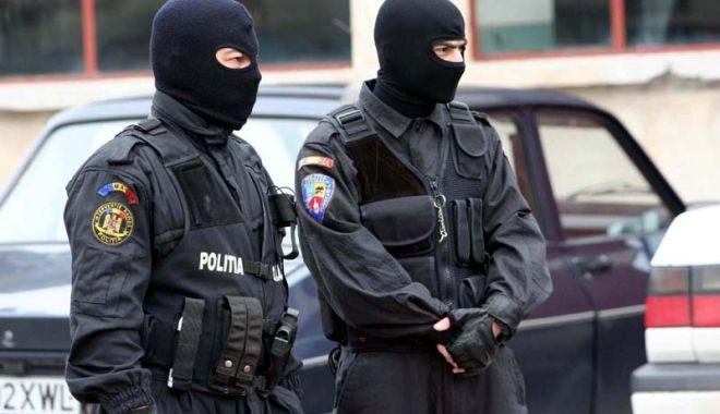 Foto: Percheziţii la Constanţa, la persoane bănuite de operațiuni ilegale cu droguri de risc