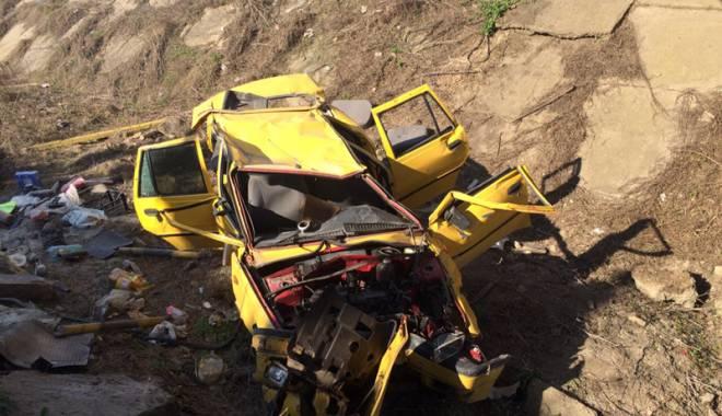 Foto: IMAGINI INCREDIBILE! La un pas de tragedie! Maşină căzută în gol de la patru metri înălţime