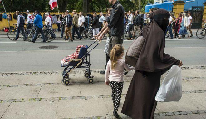 Foto: Legea care interzice purtarea  vălului islamic  în spaţiul public  a intrat în vigoare  în Danemarca