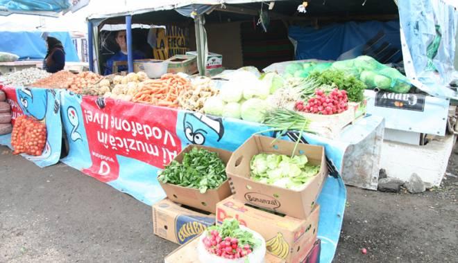 Foto: Tone de legume şi fructe,  confiscate  din târg