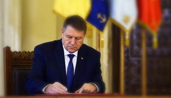 Foto: Lege promulgată de Iohannis: Educatorii și învățătorii nu vor mai fi obligați să absolve studii universitare
