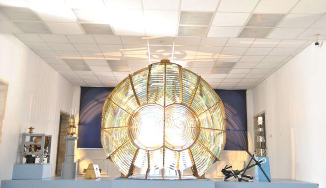 Foto: Lentila farului de la Tuzla, expusă  la Muzeul Marinei