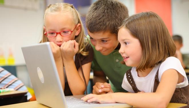 "Foto: ""Let's be ECO!"". Elevii Şcolii nr. 1 Lumina au câştigat 15 laptopuri"