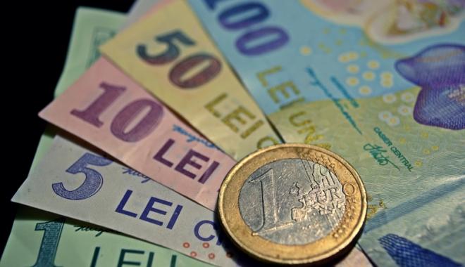 Foto: Leul câştigă la euro şi francul elveţian, dar pierde la dolar