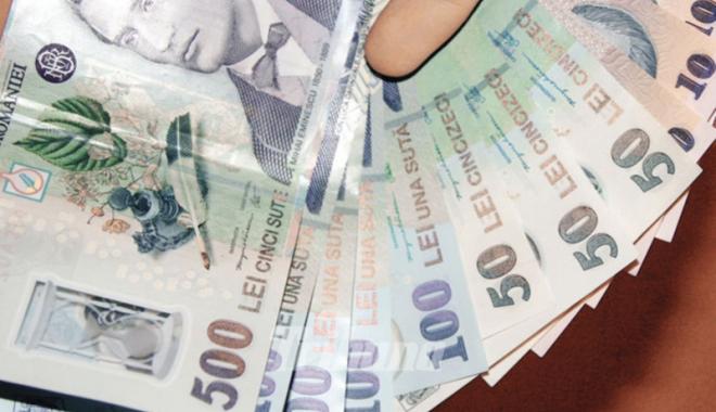 Foto: Leul câştigă cu dolarul şi francul elveţian, dar pierde la euro