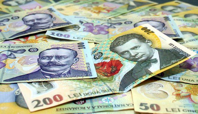 Foto: Leul rupe din dolar și euro, dar e mușcat de francul elvețian