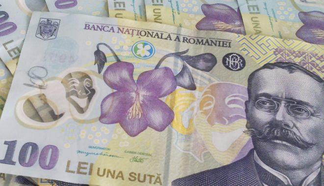 Foto: Leul mușcă din francul elvețian, dar pierde la euro și dolar