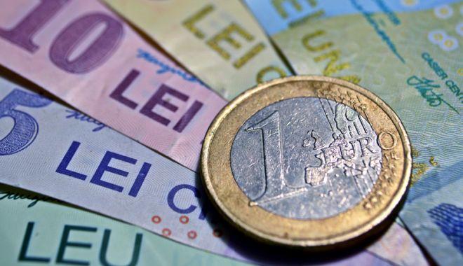 Foto: Leul se întărește față de euro și dolar, dar pierde la francul elvețian
