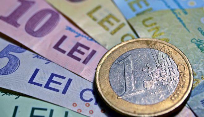 Foto: Leul a cedat în fața euro și a dolarului, dar câștigă la francul elvețian