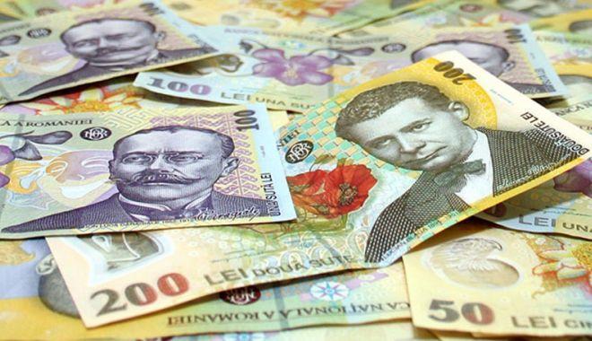 Foto: Leul pierde la dolar și francul elvețian, dar câștigă la euro