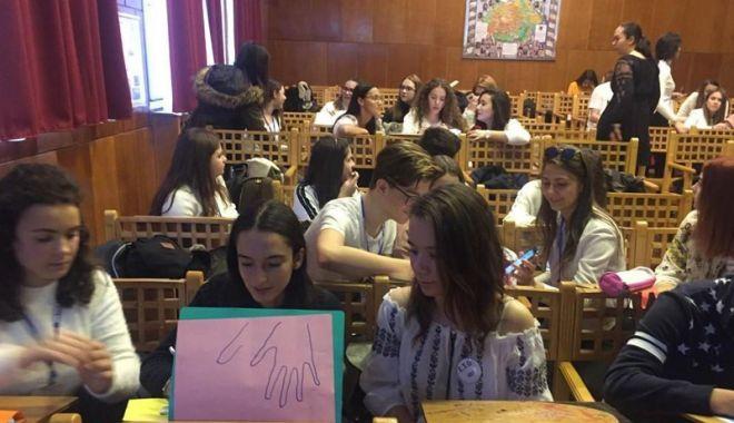 Foto: Liceenii şi-au dovedit abilităţile de vorbitori  de limba franceză