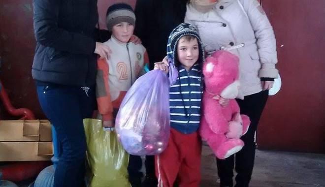 """Foto: Liceul """"George Călinescu"""" salvează Crăciunul copiilor din Pecineaga"""