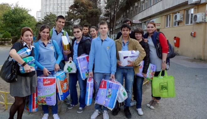 Foto: Dona�ie f�cut� de elevii Liceului Interna�ional de Informatic�