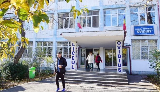 """Foto: Se lasă cu scandal la Liceul """"Ovidius""""? Dispute încinse pe tema banchetului, elevii strâng semnături"""