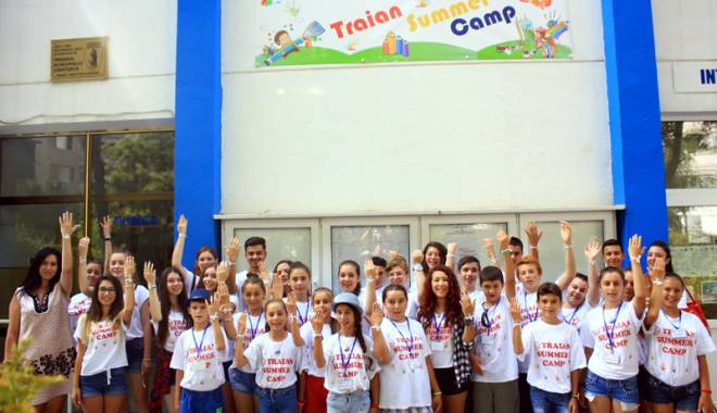 """Foto: Liceul """"Traian"""" a făcut fericiți elevii din Grădina"""