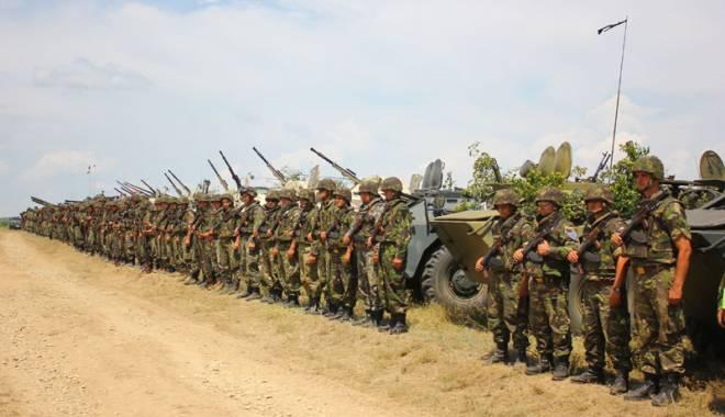 """Foto: Liceul Teoretic """"Traian"""" marchează Ziua Armatei Române"""