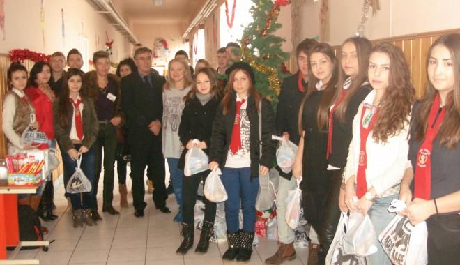 """Foto: Voluntarii Liceului """"Traian""""  au oferit o """"Şansă la vise"""""""