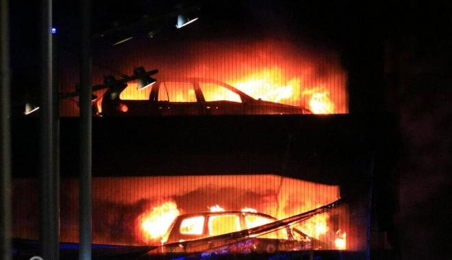 Foto: INCENDIU într-o parcare supraetajată: 1.600 de maşini au ars