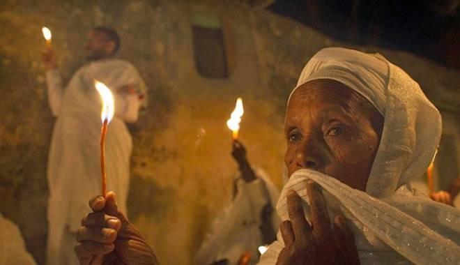 Foto: Un arab, un turc și un reprezentant al statului Israel păzesc Sfântul Mormânt