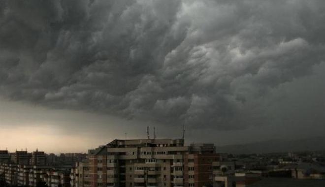 Foto: Furtuni şi ploaie cu praf saharian, în week-end,  la Constanţa