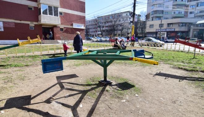 Foto: Când scăpăm de mizeriile şi ruginiturile din locurile de joacă pentru copii